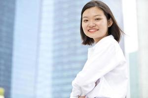 jonge Aziatische vrouwelijke executive portret op zakenwijk foto