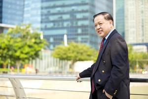 Aziatische zakenman in pak portret centrale zakenwijk foto