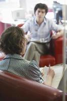 zakenman en vrouw in de vergadering foto