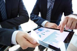 twee zakenlieden die een tablet gebruiken foto