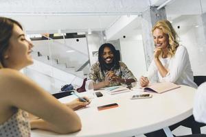 gelukkig zakenvrouw in kantoor