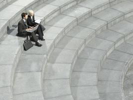 mensen uit het bedrijfsleven met behulp van laptop op spiraal trappen foto