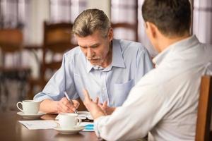 zakenlieden met een bijeenkomst in een café foto