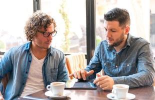 informele bijeenkomst in een café foto