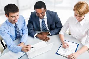zakenlui die tijdens vergadering werken