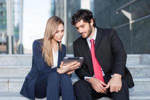 mensen uit het bedrijfsleven met behulp van een digitale tablet foto