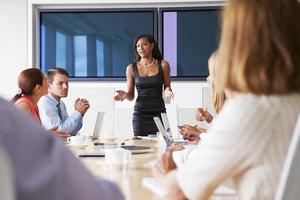groep ondernemers bijeen rond boardroom tafel