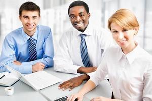 zakenlui die tijdens vergadering werken foto