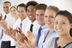 lijn van gelukkige en positieve mensen uit het bedrijfsleven applaudisseren foto