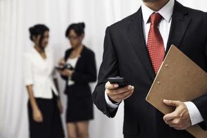 zakenman met zijn mobiel foto
