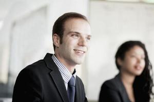 lachende zakenman tijdens een zakelijke bijeenkomst foto
