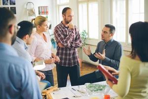 Een bedrijf starten. groep van jonge architect op kantoor foto