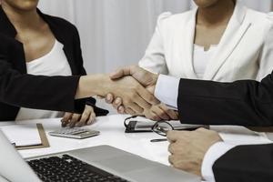 mensen uit het bedrijfsleven hebben handdruk