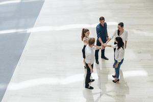 zakelijk teamwork. mensen met de handen ineen. unie foto