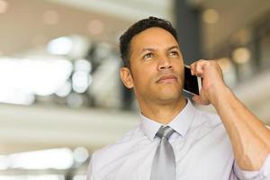 midden leeftijd man praten op mobiele telefoon foto