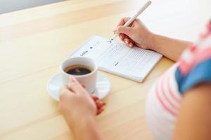 vrouw schetsen en koffie drinken foto