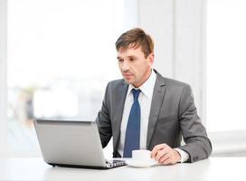zakenman die met laptop computer werkt foto