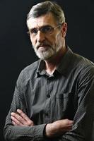 portret van een casual man van middelbare leeftijd in gestreept overhemd