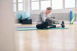 passen vrouw stretching training doen foto