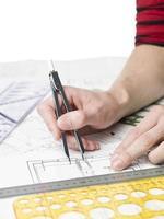 architect werkt aan een blauwdruk foto