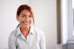 reflecterende senior vrouw lachend naar je foto