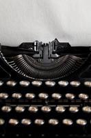 schrijfmachine met oud geweven blad van het document foto