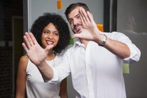 informeel zakelijk team dat een idee voor ogen heeft foto