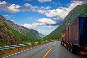 vrachtwagen op het berglandschap foto