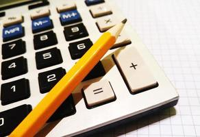 rekenmachine, potlood, schrijfblok foto