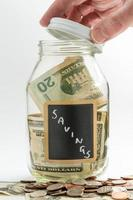 handopenende glazen pot gebruikt voor besparingen foto