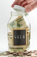 handopenende glazen pot gebruikt voor 401k fonds foto