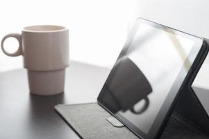 tablet apparaat en koffie foto