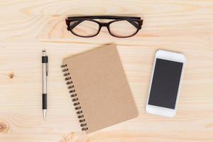 notebook en mobiele telefoon op hout achtergrond foto