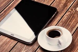 lege tablet pc en een kopje koffie foto