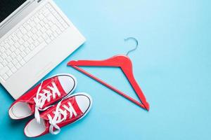 witte computer en gumshoes met hanger foto
