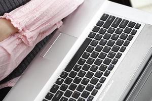 jonge vrouw die op laptop werkt foto