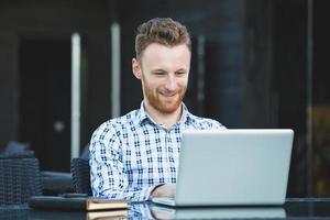 knappe zakenman die met laptop werkt foto