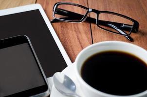 lege tablet en een kopje koffie foto