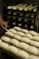 brood wordt gemaakt in de bakkerij. foto