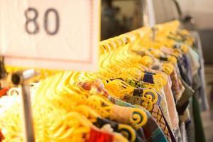 detailhandel winkelen verkoop - kleding in modewinkel foto