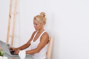 blond meisje op haar werkruimte foto