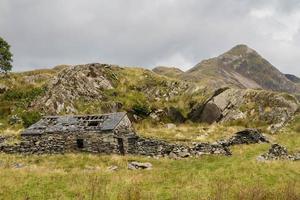 welsh mountain cnicht met ruïne van stenen huisje op de voorgrond foto