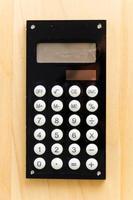 rekenmachine op houten tafel foto