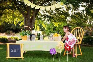 klein meisje op de limonade staan foto