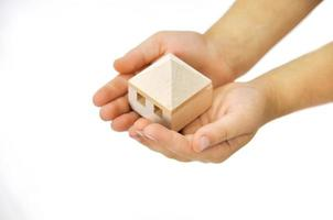 houten huis in de hand foto