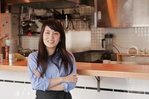 jonge manager glimlachend in een café foto