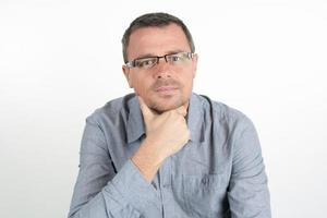 man met bril en ongeschoren geïsoleerd op een witte achtergrond foto