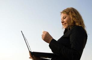 vrouw doet winkelen in een internet op laptop foto