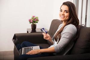 schattig meisje online winkelen foto