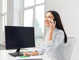 Glimlachende zakenvrouw of student met smartphone foto